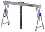 33960075 Wciągarka bramowa aluminiowa z możliwością przejazdu pod obciążeniem, z wózkiem pchanym i wciągnikiem łańcuchowym miproCrane DELTA 700S (udźwig: 1000 kg, szerokość: 5100 mm, wysokość: 2590/3440 mm)